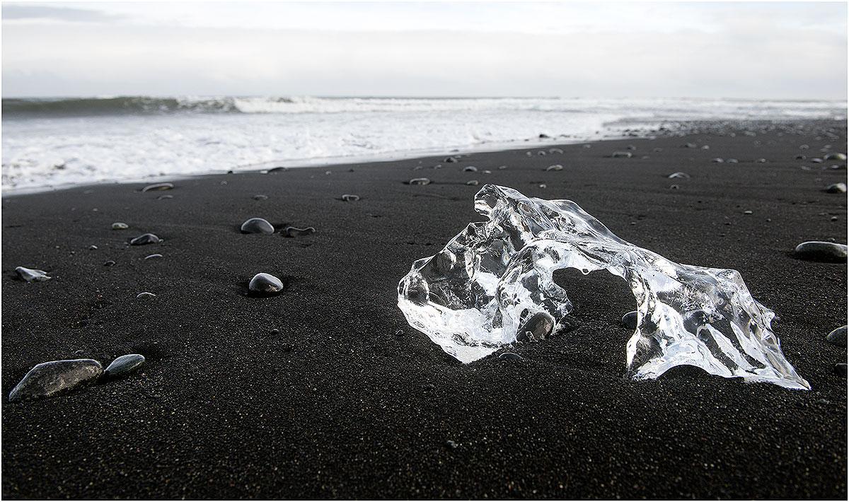 Jökulsárlón, strand met aangespoelde ijsblokken wat eens ijsbergen waren in het meer Jökulsárlón (IJsland,mei 2016)