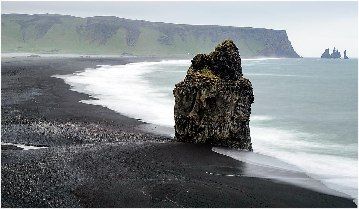 Reynisdrangar en Reynisfjara Beach vanaf Dyrhólaey (IJsland, mei 2016)